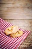 Μπισκότα σιταριού στο καφετί ξύλο Στοκ φωτογραφία με δικαίωμα ελεύθερης χρήσης