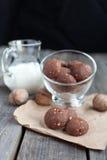 Μπισκότα σοκολάτας με τα ξύλα καρυδιάς και το γάλα Στοκ Φωτογραφίες
