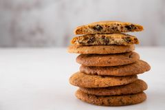 Μπισκότα σοκολάτας στον άσπρο πίνακα Πυροβολισμός μπισκότων τσιπ σοκολάτας Στοκ φωτογραφίες με δικαίωμα ελεύθερης χρήσης