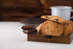 Μπισκότα σοκολάτας στον άσπρο πίνακα Πυροβολισμός μπισκότων τσιπ σοκολάτας Στοκ Φωτογραφίες