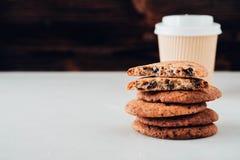 Μπισκότα σοκολάτας στον άσπρο πίνακα Πυροβολισμός μπισκότων τσιπ σοκολάτας Στοκ Φωτογραφία