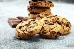 Μπισκότα σοκολάτας στον αγροτικό πίνακα Μπισκότα τσιπ σοκολάτας Στοκ εικόνα με δικαίωμα ελεύθερης χρήσης