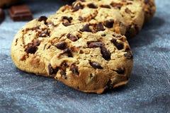 Μπισκότα σοκολάτας στον αγροτικό πίνακα Μπισκότα τσιπ σοκολάτας Στοκ φωτογραφίες με δικαίωμα ελεύθερης χρήσης
