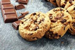 Μπισκότα σοκολάτας στον αγροτικό πίνακα Μπισκότα τσιπ σοκολάτας Στοκ Εικόνες