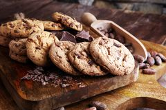 Μπισκότα σοκολάτας στον ξύλινο πίνακα Πυροβολισμός μπισκότων τσιπ σοκολάτας Στοκ εικόνα με δικαίωμα ελεύθερης χρήσης