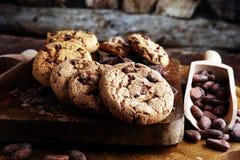 Μπισκότα σοκολάτας στον ξύλινο πίνακα Πυροβολισμός μπισκότων τσιπ σοκολάτας Στοκ Εικόνα