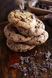 Μπισκότα σοκολάτας στον ξύλινο πίνακα Πυροβολισμός μπισκότων τσιπ σοκολάτας Στοκ φωτογραφία με δικαίωμα ελεύθερης χρήσης