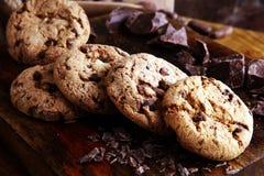 Μπισκότα σοκολάτας στον ξύλινο πίνακα Πυροβολισμός μπισκότων τσιπ σοκολάτας Στοκ Εικόνες