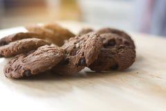 Μπισκότα σοκολάτας στον ξύλινο πίνακα Μπισκότα τσιπ σοκολάτας Στοκ φωτογραφίες με δικαίωμα ελεύθερης χρήσης