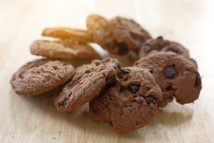 Μπισκότα σοκολάτας στον ξύλινο πίνακα Μπισκότα τσιπ σοκολάτας Στοκ Εικόνα