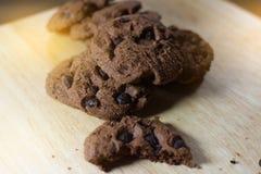 Μπισκότα σοκολάτας στον ξύλινο πίνακα Μπισκότα τσιπ σοκολάτας Στοκ Φωτογραφία