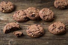 Μπισκότα σοκολάτας στον ξύλινο πίνακα Μπισκότα τσιπ σοκολάτας Στοκ φωτογραφία με δικαίωμα ελεύθερης χρήσης