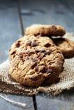 Μπισκότα σοκολάτας στον ξύλινο πίνακα Μπισκότα τσιπ σοκολάτας Στοκ Εικόνες