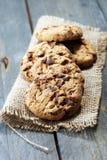 Μπισκότα σοκολάτας στον ξύλινο πίνακα Μπισκότα τσιπ σοκολάτας Στοκ Φωτογραφίες