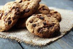 Μπισκότα σοκολάτας στον ξύλινο πίνακα Μπισκότα τσιπ σοκολάτας Στοκ εικόνα με δικαίωμα ελεύθερης χρήσης