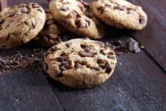 Μπισκότα σοκολάτας στον πίνακα Μπισκότα τσιπ σοκολάτας που πυροβολούνται με το cho Στοκ Εικόνα
