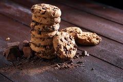 Μπισκότα σοκολάτας στον πίνακα Μπισκότα τσιπ σοκολάτας που πυροβολούνται με το cho Στοκ Φωτογραφίες