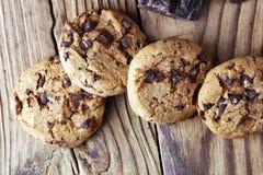 Μπισκότα σοκολάτας στον πίνακα Μπισκότα τσιπ σοκολάτας που πυροβολούνται με το cho Στοκ Φωτογραφία