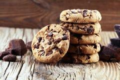 Μπισκότα σοκολάτας στον πίνακα Μπισκότα τσιπ σοκολάτας που πυροβολούνται με το cho Στοκ Εικόνες