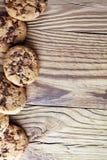 Μπισκότα σοκολάτας στον πίνακα Μπισκότα τσιπ σοκολάτας που πυροβολούνται με το cho Στοκ εικόνα με δικαίωμα ελεύθερης χρήσης