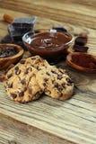 Μπισκότα σοκολάτας στον πίνακα Μπισκότα τσιπ σοκολάτας που πυροβολούνται με το cho Στοκ εικόνες με δικαίωμα ελεύθερης χρήσης