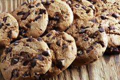 Μπισκότα σοκολάτας στον πίνακα Μπισκότα τσιπ σοκολάτας που πυροβολούνται με το cho Στοκ φωτογραφία με δικαίωμα ελεύθερης χρήσης