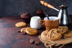 Μπισκότα σοκολάτας στο πιάτο και το φλυτζάνι του καυτού καφέ στον πίνακα πετρών Στοκ φωτογραφίες με δικαίωμα ελεύθερης χρήσης
