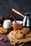 Μπισκότα σοκολάτας στο πιάτο και το φλυτζάνι του καυτού καφέ Στοκ φωτογραφία με δικαίωμα ελεύθερης χρήσης