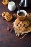 Μπισκότα σοκολάτας στο πιάτο και το φλυτζάνι του καυτού καφέ Στοκ εικόνες με δικαίωμα ελεύθερης χρήσης
