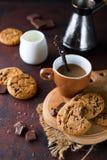 Μπισκότα σοκολάτας στο πιάτο και το φλυτζάνι του καυτού καφέ Στοκ εικόνα με δικαίωμα ελεύθερης χρήσης