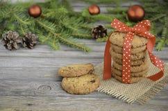 Μπισκότα σοκολάτας και των βακκίνιων στον πίνακα Χριστουγέννων Στοκ Φωτογραφία