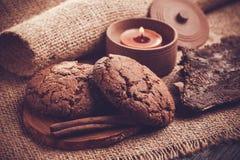 Μπισκότα σοκολάτας με το κερί σοκολάτας burlap στο υπόβαθρο Στοκ φωτογραφία με δικαίωμα ελεύθερης χρήσης