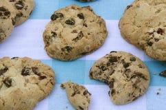 Μπισκότα σοκολάτας σε έναν ξύλινο πίνακα Μπισκότα τσιπ σοκολάτας που πυροβολούνται σε ένα μπλε τραπεζομάντιλο, κινηματογράφηση σε Στοκ εικόνες με δικαίωμα ελεύθερης χρήσης