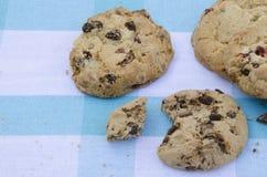 Μπισκότα σοκολάτας σε έναν ξύλινο πίνακα Μπισκότα τσιπ σοκολάτας που πυροβολούνται σε ένα μπλε τραπεζομάντιλο, κινηματογράφηση σε Στοκ φωτογραφία με δικαίωμα ελεύθερης χρήσης