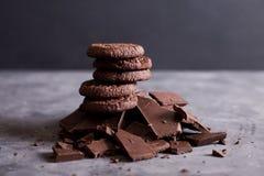 Μπισκότα σοκολάτας σε μια φωτογραφική διαφάνεια της σοκολάτας Σοκολάτα Στοκ φωτογραφία με δικαίωμα ελεύθερης χρήσης