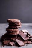Μπισκότα σοκολάτας σε μια φωτογραφική διαφάνεια της σοκολάτας Σοκολάτα Στοκ Εικόνες