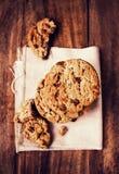 Μπισκότα σοκολάτας στην άσπρη πετσέτα λινού στον ξύλινο πίνακα. Chocola Στοκ Φωτογραφίες