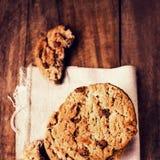 Μπισκότα σοκολάτας στην άσπρη πετσέτα λινού στον ξύλινο πίνακα. Chocola Στοκ εικόνες με δικαίωμα ελεύθερης χρήσης