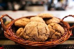 Μπισκότα σοκολάτας στην άσπρη πετσέτα λινού στον ξύλινο πίνακα Chocola στοκ φωτογραφία με δικαίωμα ελεύθερης χρήσης