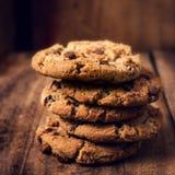 Μπισκότα σοκολάτας στον ξύλινο πίνακα. Συσσωρευμένο μπισκότο τσιπ σοκολάτας Στοκ Εικόνα