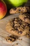 Μπισκότα σοκολάτας στον ξύλινο πίνακα Στοκ φωτογραφία με δικαίωμα ελεύθερης χρήσης