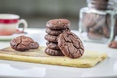 Μπισκότα σοκολάτας στον πίνακα στοκ εικόνες