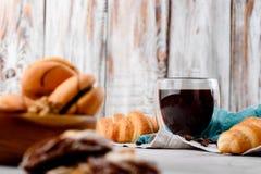 Μπισκότα στα ξύλινα πιάτα με τον καφέ σε ένα ελαφρύ υπόβαθρο Στοκ Εικόνες
