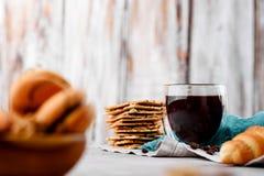 Μπισκότα στα ξύλινα πιάτα με τον καφέ σε ένα ελαφρύ υπόβαθρο Στοκ Φωτογραφίες