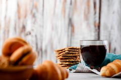 Μπισκότα στα ξύλινα πιάτα με τον καφέ σε ένα ελαφρύ υπόβαθρο Στοκ φωτογραφίες με δικαίωμα ελεύθερης χρήσης