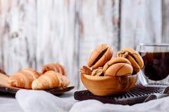 Μπισκότα στα ξύλινα πιάτα με τον καφέ σε ένα ελαφρύ υπόβαθρο Στοκ φωτογραφία με δικαίωμα ελεύθερης χρήσης