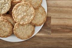 Μπισκότα στο άσπρο πιάτο και το ξύλινο υπόβαθρο Τοπ όψη στοκ φωτογραφίες με δικαίωμα ελεύθερης χρήσης
