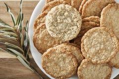 Μπισκότα στο άσπρο πιάτο και το ξύλινο υπόβαθρο Τοπ όψη στοκ φωτογραφία με δικαίωμα ελεύθερης χρήσης