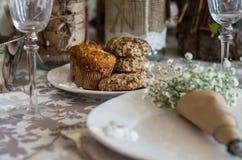 Μπισκότα στο γαμήλιο πίνακα Στοκ εικόνα με δικαίωμα ελεύθερης χρήσης