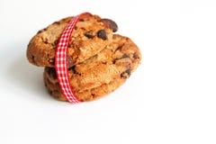 Μπισκότα στο λευκό με την κορδέλλα στο κόκκινο λευκό Στοκ Φωτογραφία